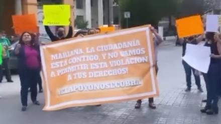 Protesta a favor de Mariana Rodríguez frente al INE de Nuevo León