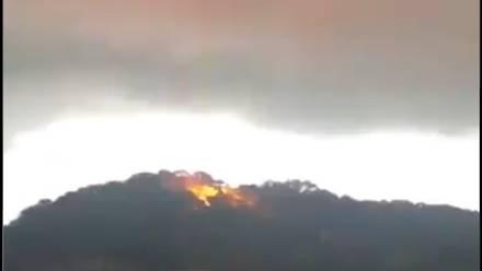 En Hidalgo, captan una extraña luz roja en una nube de tormenta