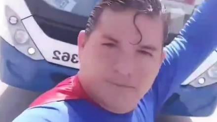 Un hombre disfrazado de Superman es atropellado por un autobús