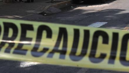 Autoridades acordonaron la carretera para realizar el levantamiento de los cuerpos