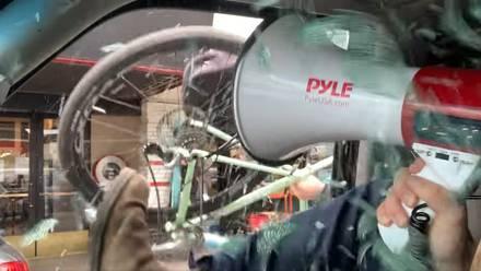 Manifestante es atacado con una bicicleta