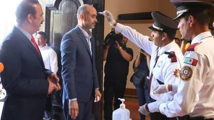 Le tomaron la temperatura a Miguel Treviño, alcalde de San Pedro.