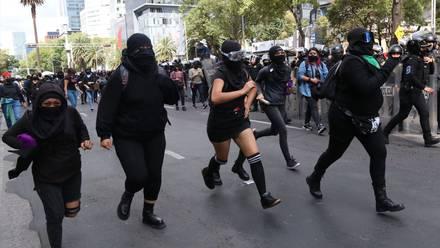 Feministas marchan en CDMX