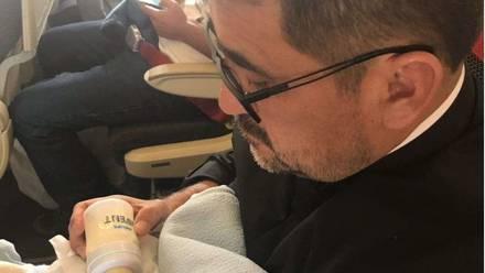Sacerdote adopta a bebé con síndrome de Down