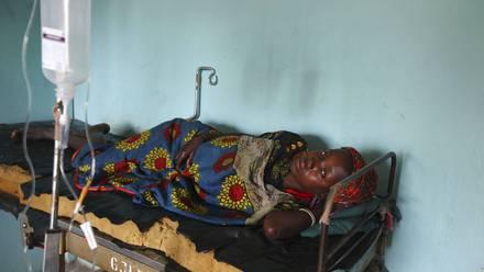 Mujer en tratamiento de cólera (2010).