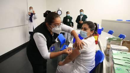 Enfermera recibe vacuna