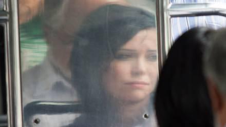 Una mujer viaja en el Metrobús de Ciudad de México.