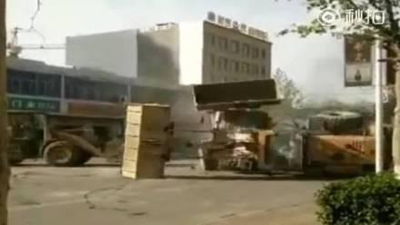 Viralizan pelea de grúas al estilo Transformers.