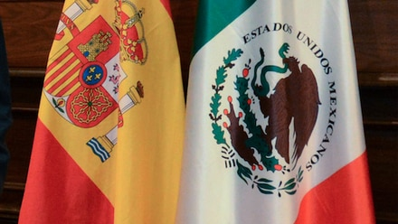 Banderas de España y México. Regios quieren doble nacionalidad.