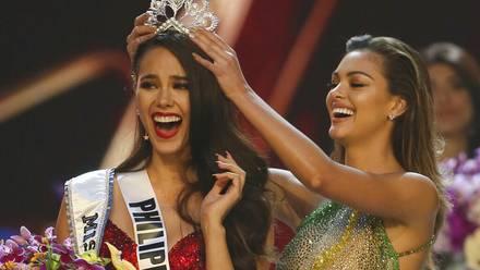 La filipina Catriona Gray, a la izquierda, reacciona al ser coronada Miss Universo 2018