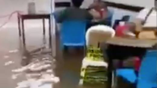 Captan a clientes tomando en bar inundado en Tabasco