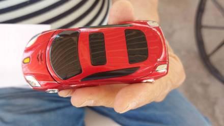 Celular con forma de carro