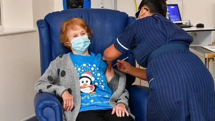 Margaret Keenan recibe la vacuna