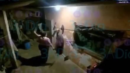 Mujer golpea a su tío con un palo