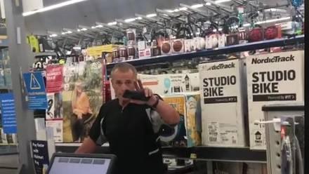 Hombre grita a empleada de Walmart por no hablar en inglés