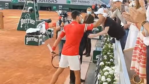 Novak Djokovic regala su raqueta a niño mexicano luego consagrarse en el Roland Garros