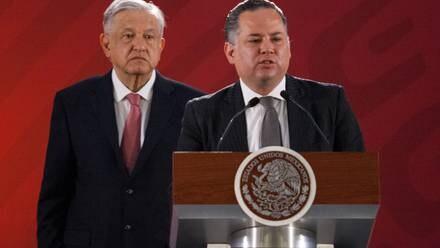 El presidente López Obrador escucha una exposición de Santiago Nieto, titular de la UIF