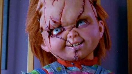 Chucky, el muñeco diabólico, mata a Woody de Toy Story