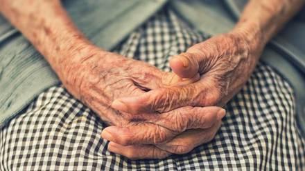 anciano ayuda a su esposa a morir