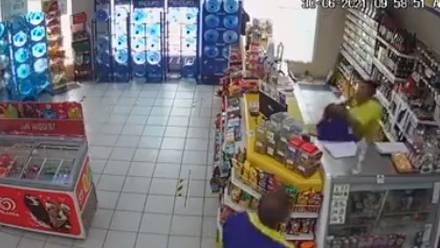 Mujer golpea a cajera