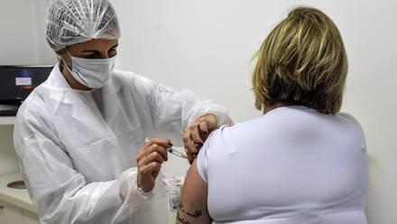 Voluntaria de aplicación de vacuna