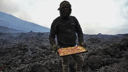 David García horneando pizzas en el volcán Pacaya.