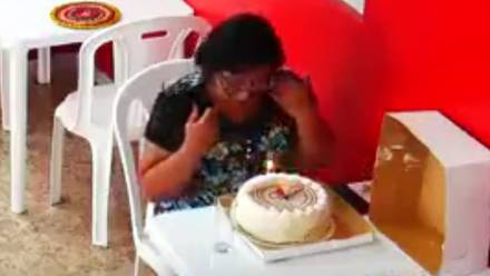 Mujer plantada en cumpleaños
