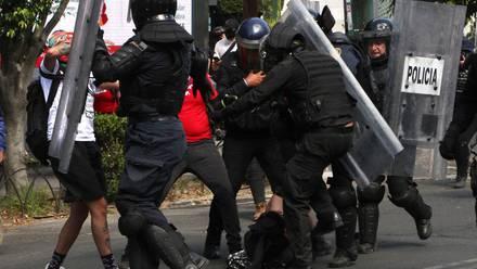 Policías golpeando a la joven en Polanco.