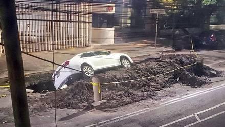 Cae auto en un socavón en la alcaldía Benito Juárez