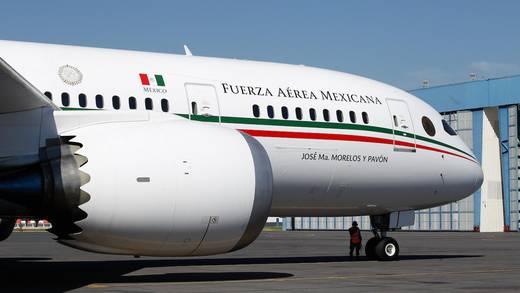 """AMLO dice que nadie compra el avión presidencial porque da """"pena"""""""
