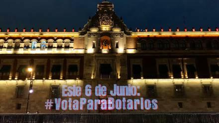"""La frase """"Vota para botarlos"""" se proyectó en la fachada de Palacio Nacional a 4 días de las elecciones"""