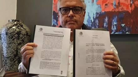 El vocero de los Jenkins muestra los estatutos legales de la Universidad de las Américas Puebla que avalan la rectoría de Luis Ernesto Derbez y desconocen la de Armando Ríos Piter