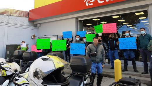 Trabajadores de Banco Azteca hacen paro por compañero desaparecido