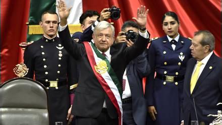 Peña Nieto entregó en presencia de Muñoz Ledo la banda presidencial a López Obrador.