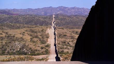 Muro en la frontera con México se extiende cerca de Sasabe, Arizona.