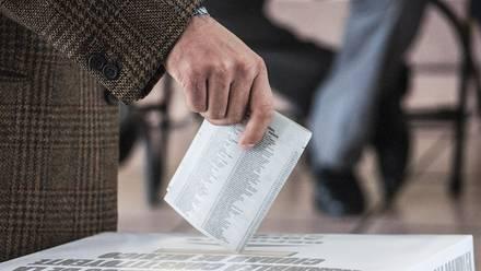 Un ciudadano emite su voto, en imagen de 2016