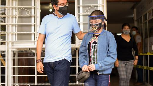 Vacunan contra Covid-19 a la niña Zulma en Veracruz