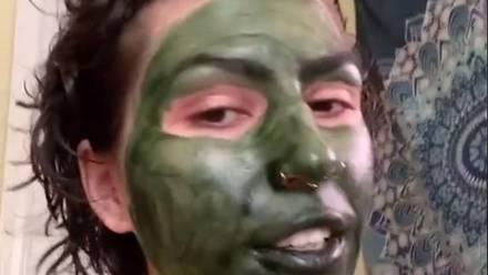 Mujer con mascarilla de clorofila