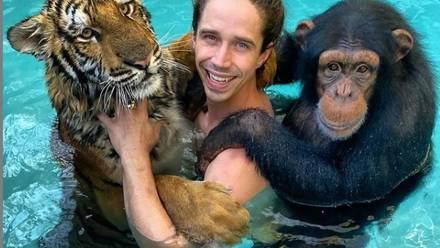 Kody Antle, un tigre y un simio