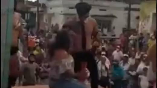 Candidato en Chiapas inicia su campaña con strippers (VIDEO)