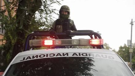 Elementos de la Guardia Nacional patrullan calles de la colonia Condesa, en la capital del país.