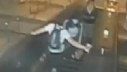VIDEO: Hombre patea a mujer y hace que caiga por las escaleras del metro de Nueva  York