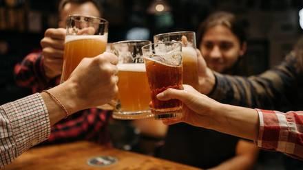 Amigos bebiendo cerveza.