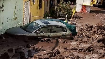 Debido al deslave de un cerro en la GAM, 7 carros fueron parcialmente sepultados en lodo