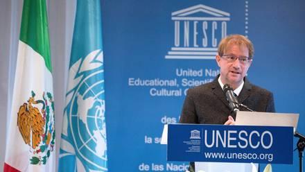 Dr. Andrés Roemer durante su nombramiento ante la UNESCO.