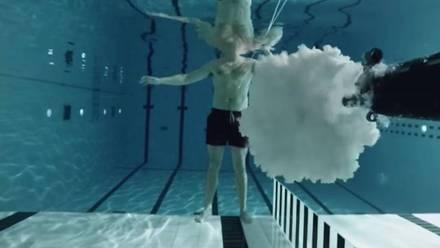 Este hombre decidió experimentar con un AK 47 bajo el agua...