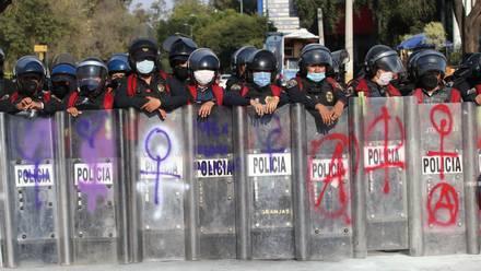 Policías en marcha feminista