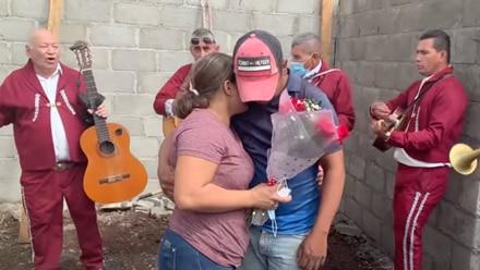 Albañil propone matrimonio a su novia