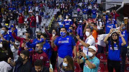 Aficionados del Cruz Azul en el Estadio Azteca