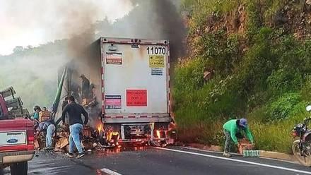 Tráiler incendiado y saqueado en Veracruz